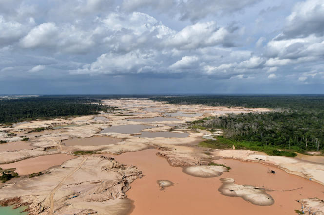Vue aérienne d'une zone déboisée de la région Madre de Dios, pendant l'opération «Mercure», en février 2019, destinée à lutter contre l'orpaillage clandestin.