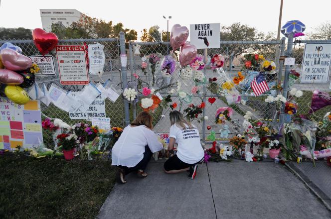Un mémorial, le 18 février 2018, devant le lycée Marjory Stoneman Douglas, où 17 étudiants et professeurs ont été tués quelques jours plus tôt, à Parkland (Floride).