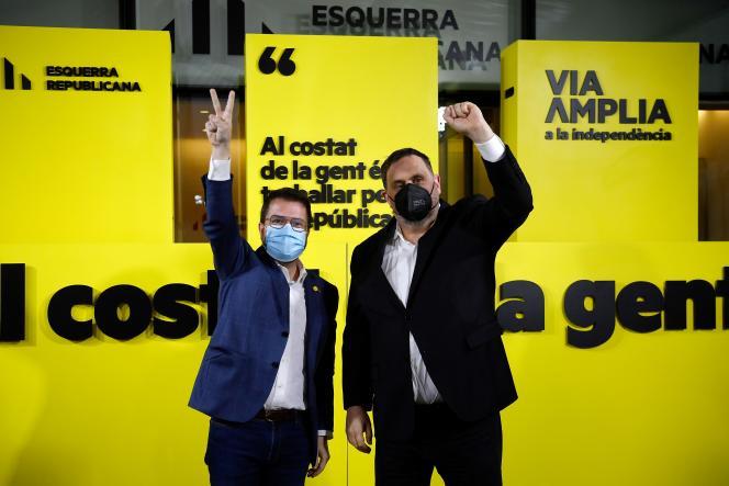 Le candidat d'ERC, Pere Aragones (à gauche) et le dirigeant d'ERC,Oriol Junqueras, célèbrent leur résultat aux élections catalanes, le 14 février à Barcelone.