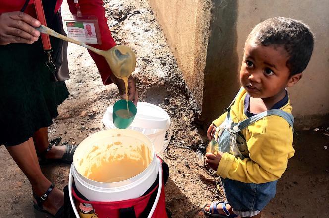 Un enfant attend son bol de bouillie à base de farine enrichie, dans le quartier de 67Ha, à Antananarivo.
