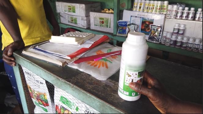 Chez un revendeur de pesticides au marché de Sendwe, à Kinshasa.