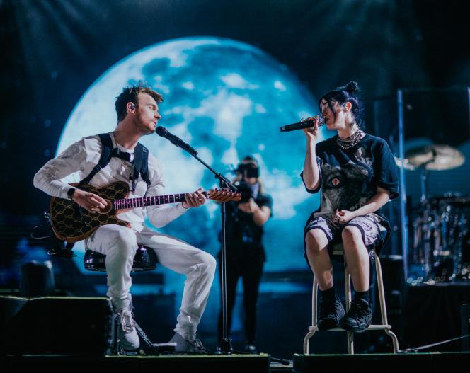 Extrait du documentaire«Billie Eilish: The World's a Little Blurry», montrant l'artiste sur scène avec Finneas O'Connell.