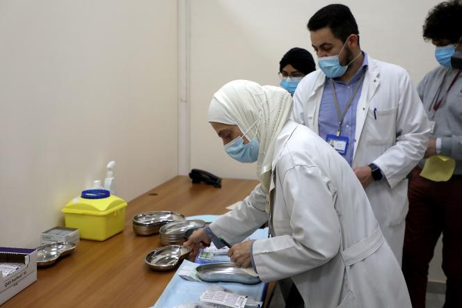 Des aide-soignants préparent des vaccinsPfizer-BioNTech, à l'hôpital universitaire Rafik Hariri, le 14 février à Beyrouth.