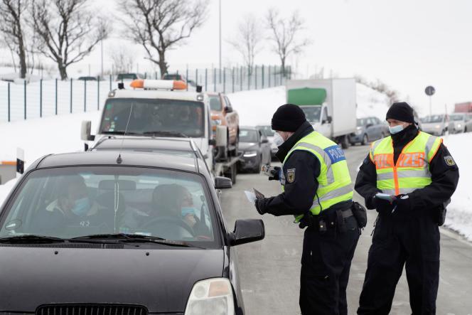 Un contrôle de la police allemande, à sa frontière, suite aux restrictions de voyage en raison de la pandémie, le 15 février, près deBreitenau.