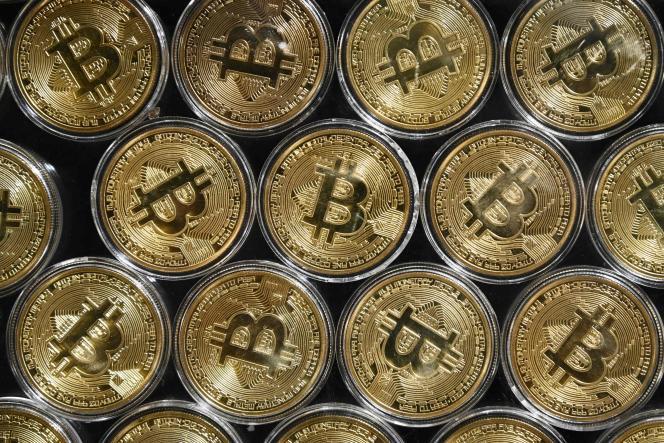 De faux bitcoins exposés dans un magasin Bitcoin Change, près du Grand Bazar d'Istanbul,le 24 septembre 2020.