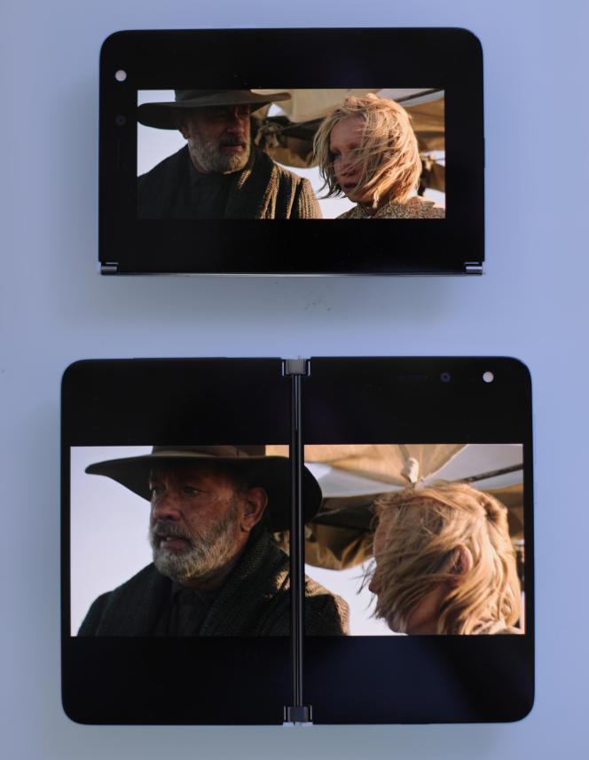 Les films sur un écran sont assez petits. Sur deux écrans, ils sont au contraire très immersifs, mais la charnière nuit au plaisir et à la lisibilité.
