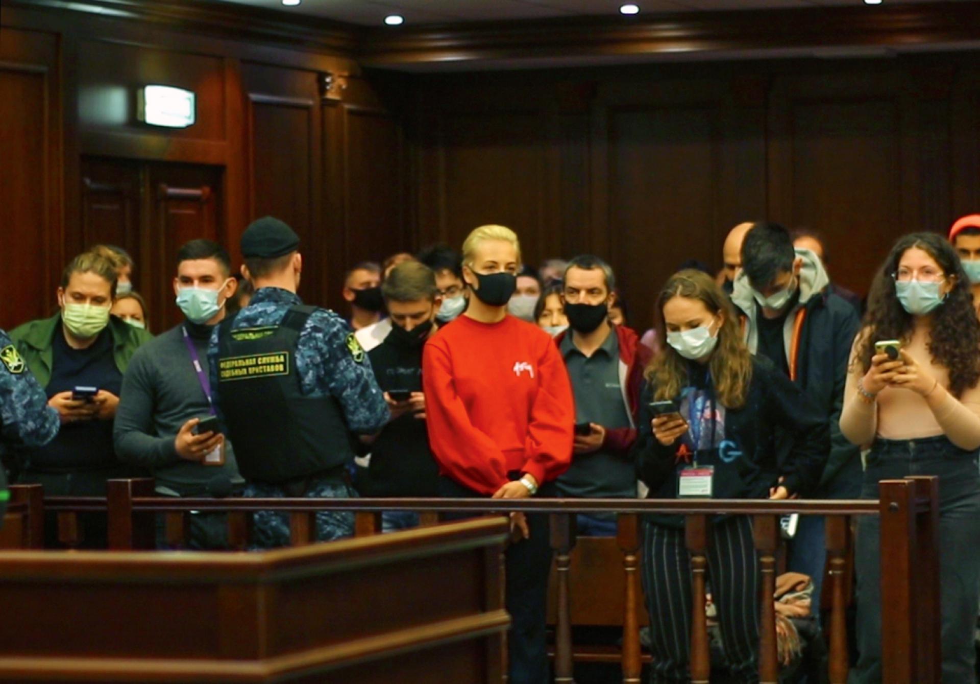 Ioulia Navalnaïa (au centre, en rouge) au tribunal de Moscou lors du procès d'Alexeï Navalny, le 2février2021.