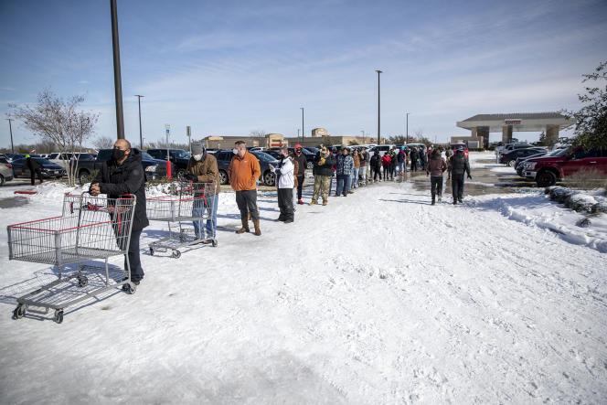 Una fila afuera del supermercado Costco en Pflugerville, TX, el martes 16 de febrero.