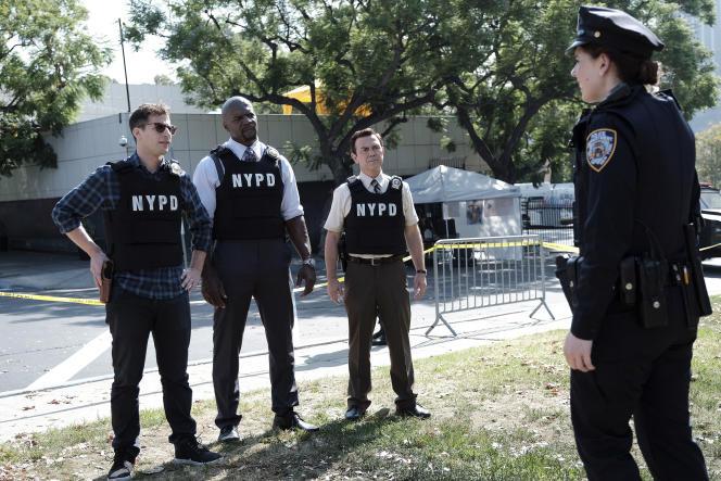 De gauche à droite (de face): Jake Peralta (Andy Samberg), Terry Jeffords (Terry Crews) et Charles Boyle (Joe Lo Truglio).