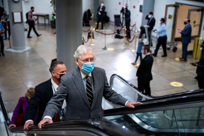 Le chef des républicains au Sénat, Mitch McConnell, se rendant au procès en destitution de Donald Trump au Capitole, à Washington, DC, le 10 février.
