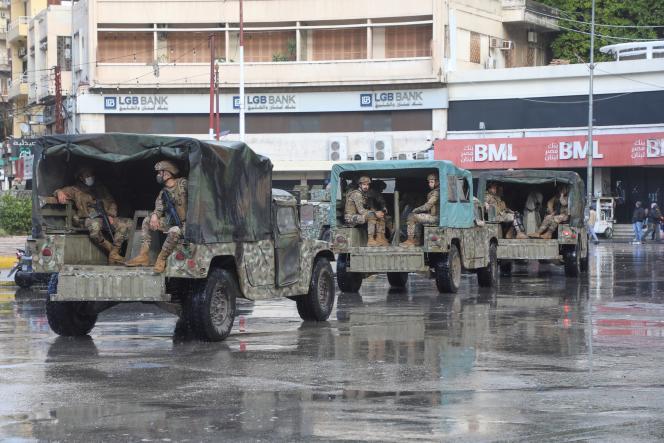 Des soldats de l'armée libanaise à bord de véhicules militaires à Tripoli, au Liban, le 29 janvier 2021