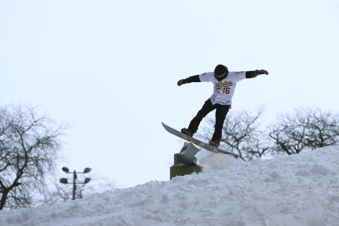 Sesión de snowboard en John A. Logan Park en Chicago, martes 16 de febrero.