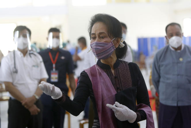 Aung San Suu Kyi lors d'une cessionde vaccination des agents de santé à l'hôpital mercredi 27 janvier 2021, à Naypyitaw, au Myanmar.