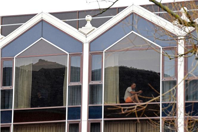 Un voyageur assis à une fenêtre de l'hôtel Radisson Blu, à l'aéroport de Heathrow, dans l'ouest de Londres, le 17février.