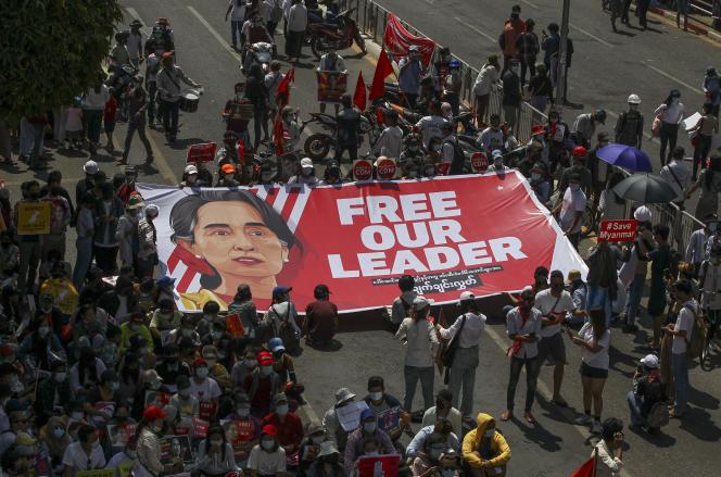 Une manifestation contre le coup d'Etat militaire à Rangoun, en Birmanie, le mercredi 17 février 2021. Les manifestants affichent une banderole à l'effigie de la dirigeante birmane déchue, Aung San Suu Kyi.