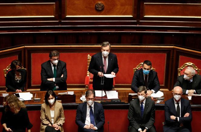 Le premier ministre italien Mario Draghi (au centre), lors d'un débat au Sénat, le 17février à Rome.