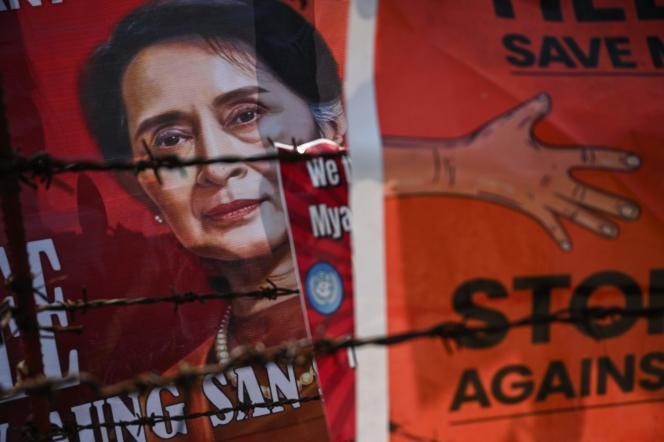 Lors d'un rassemblement pour demander la libération d'Aung San Suu Kyi, devant l'ambassade américaine à Rangoun, en Birmanie, le 15 février.