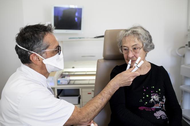 Bruno Emram, rhinologue, effectue un test de seuil olfactif à l'hôpital de la Conception, à Marseille, le 9 février. La patiente suit la même rééducation que celle proposée aux malades atteints de formes longues du Covid.
