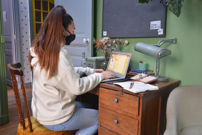 Une étudiante au Pavillon des Canaux, à Paris. Le site a ouvert ses porte aux étudiants.
