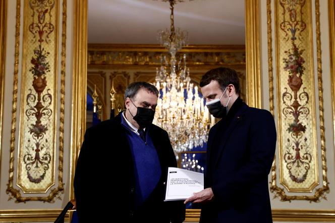 Benjamin Stora remet son rapport au président Emmanuel Macron au palais de l'Elysée, à Paris, le 20janvier 2021.