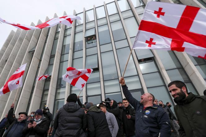 Des membres de l'opposition manifestent devant les locaux du Mouvement national uni, après l'annonce de la démission du premier ministre Guiorgui Gakharia à Tbilissi, la capitale géorgienne, le 18février.