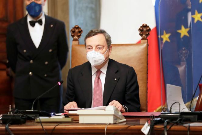 Le nouveau présient du conseil italien, Mario Draghi, préside sa première réunion du cabinet des ministres, après la cérémonie de prestation de serment, au palais Chigi, à Rome, le 13 février.