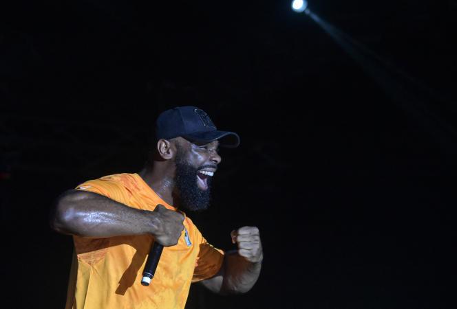 Le rappeur français Kaaris sur la scène du Festival des musiques urbaines d'Anoumabo (Femua), à Abidjan, en avril 2019.