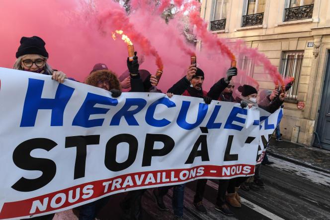 Des manifestants tiennent une banderole lors d'un rassemblement contre le « projet Hercule», le 10 février à Paris.