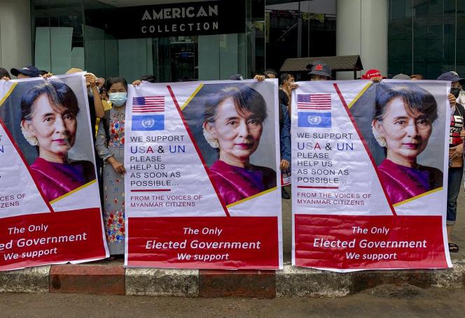 Les manifestants affichent les photos de la dirigeante birmane déchue Aung San Suu Kyi, à Rangoun, en Birmanie, le 18février.