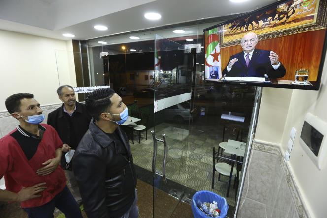 Des Algériens regardent lediscours à la nation du président Abdelmadjid Tebboune dans un café de la capitale, Alger, le 19 février.