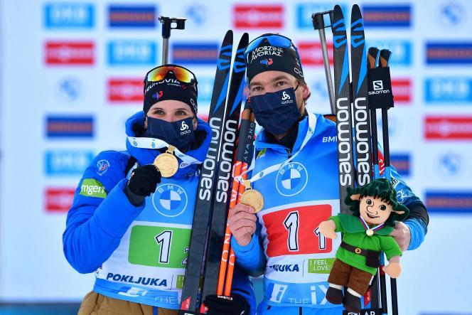 Julia Simon (à gauche) et Antonin Guigonnat après leur sacre en relais mixte lors des Mondiaux de biathlon à Pokljuka, en Slovénie, le 18 février.