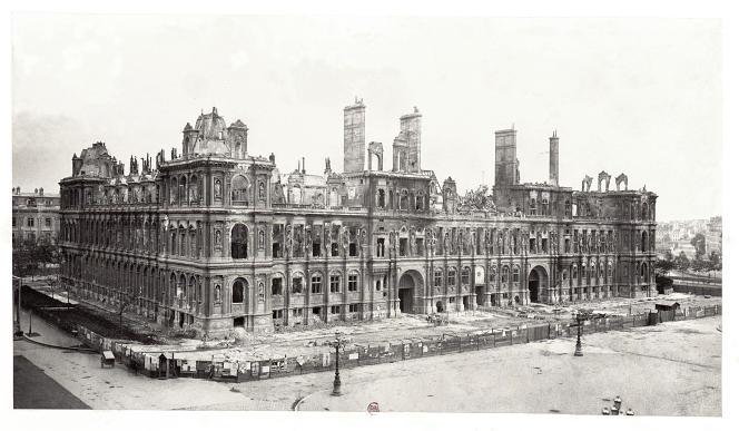 L'Hôtel de Ville de Paris après l'incendie survenu lors de la Commune en 1871.