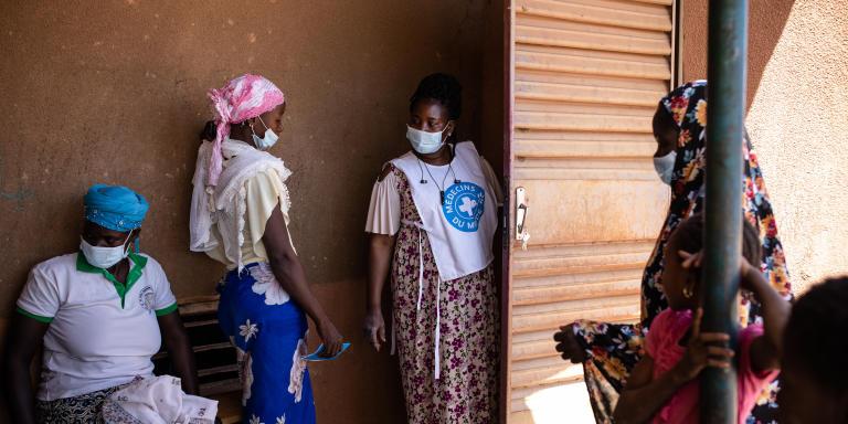 Irène Sawadogo, sage-femme travaillant avec la clinique mobile de Médecins du Monde, reçoit des patientes au village de Boulounga afin d'évaluer leurs problèmes de santé et les envoyer rencontrer si necessaire l'assistant de santé mental.
