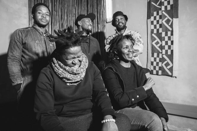 Le groupe The Brother Moves On, en 2020, à Johannesburg, avec, en haut, de gauche à droite :Ayanda Zalekile, Zelizwe Mthembu, Simphiwe Tshabalala et, en bas, de gauche à droite :Siyabonga Mthembu,Thandi Ntuli.