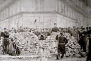 Barricade pendant la Commune de Paris, à l'angle des boulevards Voltaire et Richard-Lenoir.