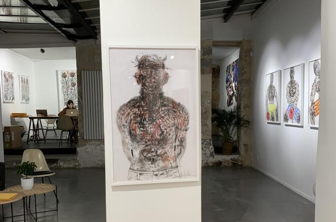 Une partie de la galerie Afikaris située au 38, rue Quincampoix, dans le IVe arrondissement de Paris. Au premier plan,« There is no darkness in you#3», de Salifou Lindou (2015).Pastel sur papier (100 cm x 65 cm).