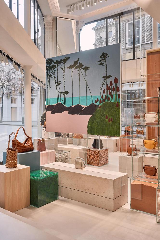 Dans la boutique Loewe, rue Saint-Honoré, à Paris, trône une toile de l'artiste Patricia Leite.