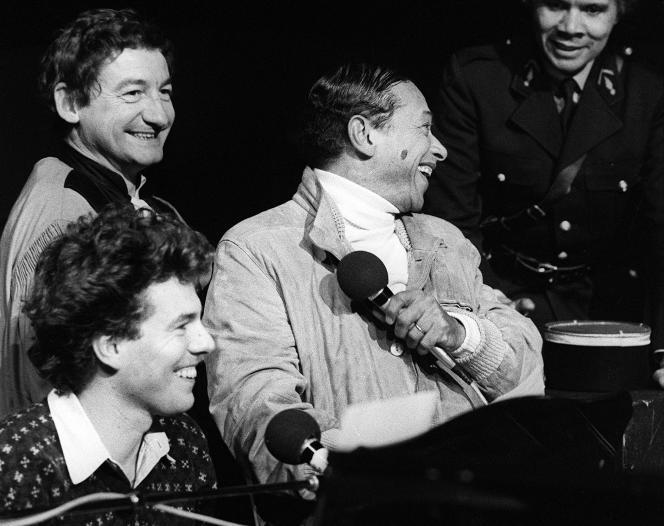 Philippe Chatel (en bas à gauche), accompagné de Pierre Desproges et d'Henri Salvador, à Paris, le 3décembre1980.