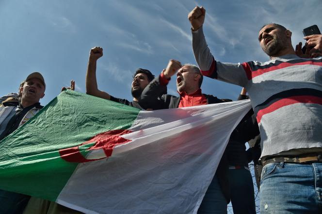 Devant la prison de Koléa, à l'ouest d'Alger, militants, journalistes et familles se sont réunis vendredi matin pour attendre les personnes libérées.