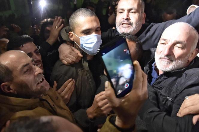 Le journaliste Khaled Drareni a été accueilli par des sympathisants du Hirak et de la libérté d'expression à sa sortie de prison, en Algérie, le 19 février.