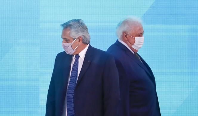Le président argentin, Alberto Fernandez (à gauche) et le ministre de la santé, Ginés González Garcia,à Buenos Aires, en Argentine, le 14janvier 2021.