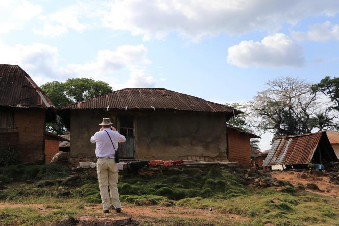 Un juge finlandais prend une photo dans un village du nord du Liberia, le 18février 2021.