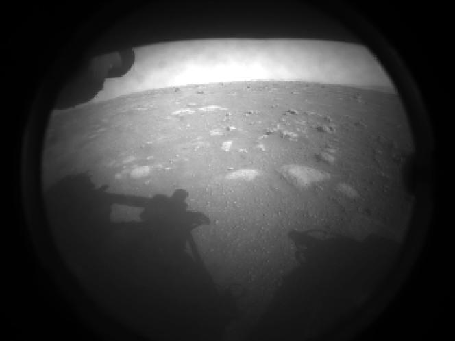 Première image prise depuis le rover Perseverance de la NASA, envoyée après son atterrissage sur Mars, le 18 février.