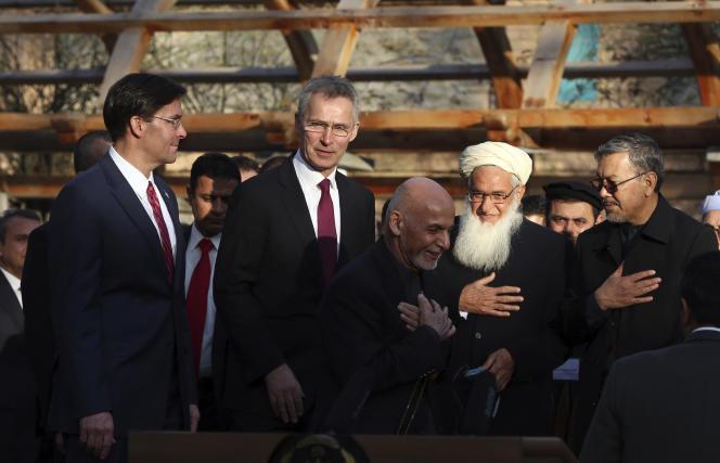 Le président afghan Ashraf Ghani (au centre), accompagné du secrétaire général de l'OTAN,Jens Stoltenberg (deuxième à gauche), et du secrétaire américain à la défense Mark Esper (à gauche), le 29 février 2020.