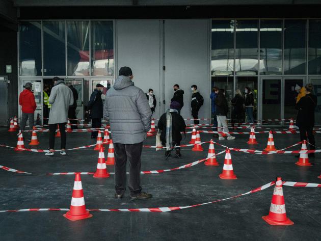 A l'extérieur duKursaal des personnes patientent avant de faire un test de dépistage du Covid-19. Dunkerque, le 18 février 2021.