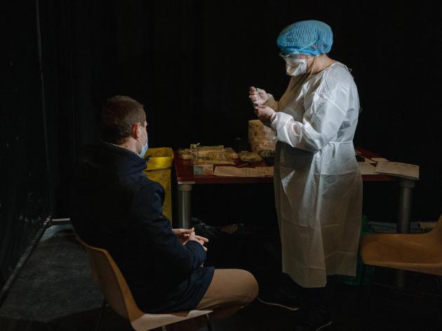 Rémy Cellier, 26 ans, a eu un résultat négatif au test antigénique. Cependant comme il présente des symptômes il fait un test PCR. Le Kursaal, Dunkerque, le 18 février 2021.