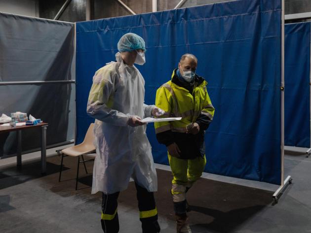 José Coppey, 54 ans, est venu faire un test de dépistage, il est ensuite dirigé vers la salle où il attendra le résultat. Le Kursaal, Dunkerque, le 18 février 2021.