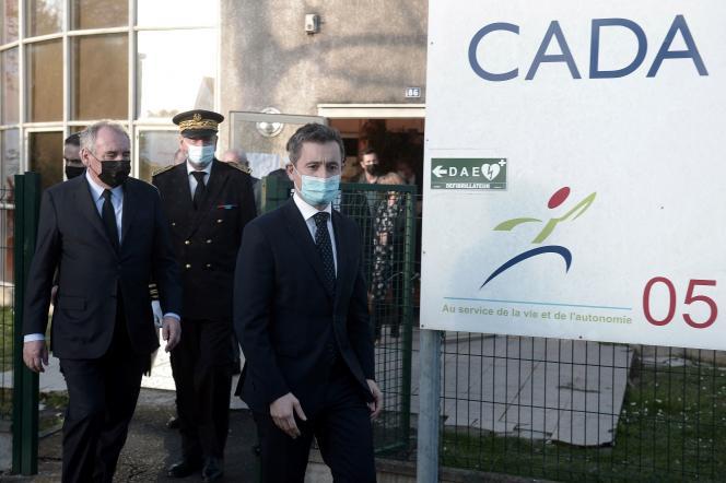 Gérald Darmanin et François Bayrou quittent le centre de demandeurs d'asile (CADA) de Pau, le 19 février.
