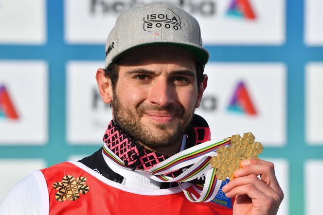 Mathieu Faivre pose avec sa médaille d'or de champion du monde de slalom géant, le 19 février 2021 à Cortina d'Ampezzo.