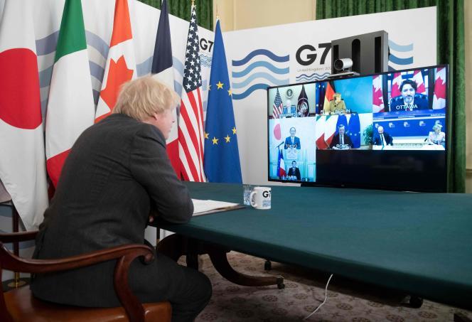 De sa résidence de Downing Street, à Londres, le premier ministre britannique, Boris Johnson, préside une réunion en visioconférence du G7, le 19février.